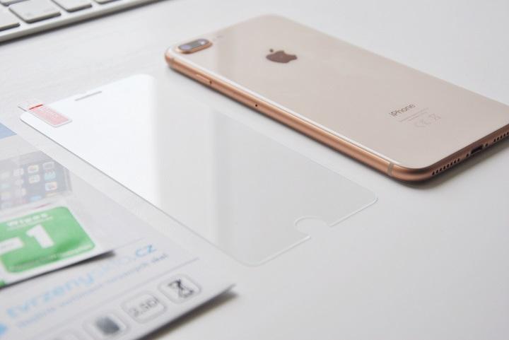 Tvrzene sklo na iPhone